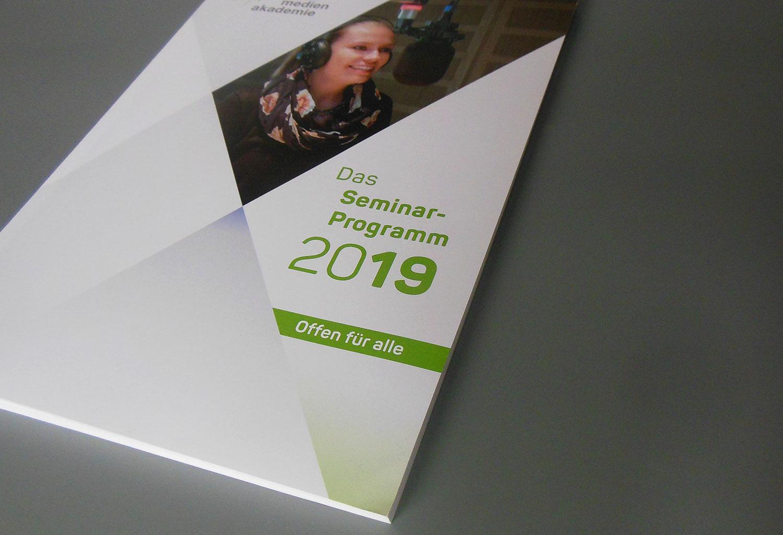"""Titel des Katalogs """"Das Seminarprogramm 2019 der ARD ZDF Medienakademie"""